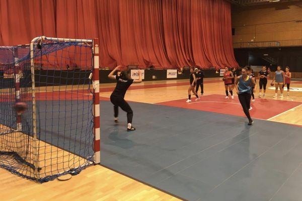 Les handballeuses du HBCAM 63 joueront leur premier match à domicile le 19 septembre prochain en espérant pouvoir accueillir le public à la Maison des Sports de Clermont-Ferrand. Pour l'instant toutes les conditions sont réunies.