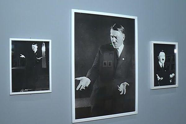 Clou de l'exposition, des clichés de 1927 montrent Hitler travaillant sa gestuelle d'orateur