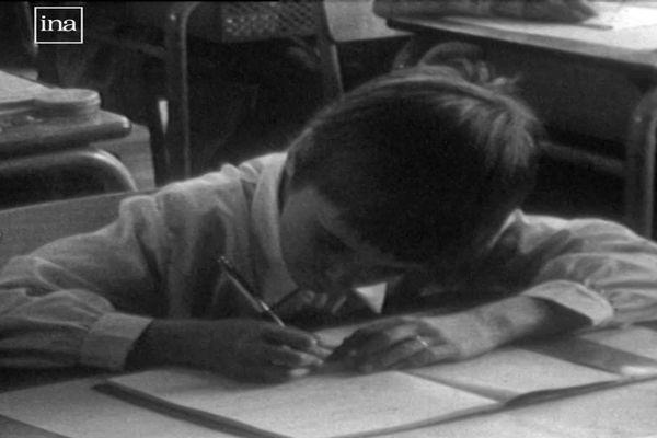 L'heure de la dictée. Noiseau (Val-de-Marne) 1977.