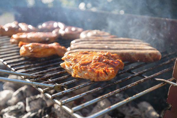 Le soleil, le déconfinement, la famille et les amis, tout est réuni pour faire un barbecue dans de bonnes conditions. Mais pour que tout soit parfait, des chefs étoilés en Auvergne nous donnent leurs conseils et leurs astuces.