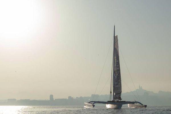Le trimaran Idec à l'entrée du port de Marseille.