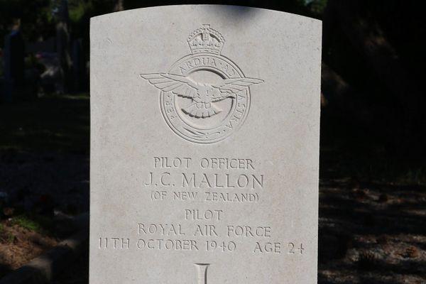 """La tombe de John Mallon, pilote néo-zélandais de la Royal Air Force, mort à 24 ans, au """"lazaret"""" de Guînes le 11 octobre 1940. Trois jours plus tôt, son bombardier Bristol Blenheim avait été abattu au-dessus de Calais."""
