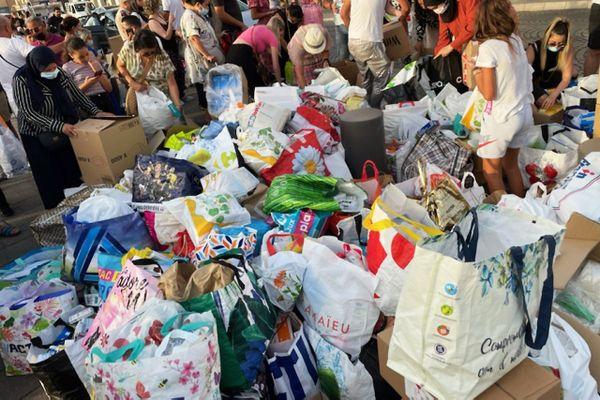 Entre 200 et 300 personnes se sont mobilisées ce jeudi 12 août au Vieux Port à Marseille. Des dizaines de sacs de médicaments ont été récoltés pour soigner les blessés des incendies en Algérie.