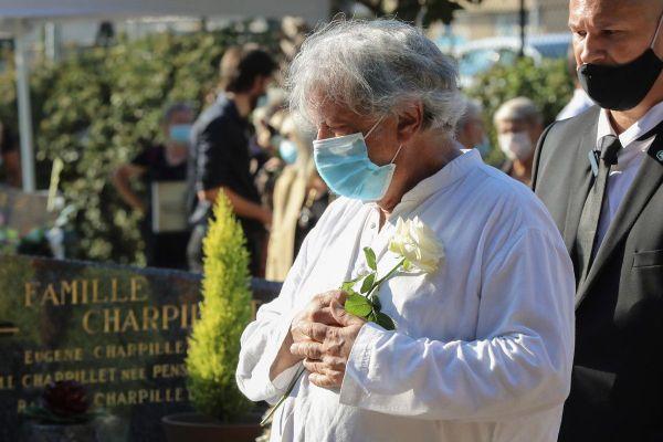 Hervé Vilard s'est rendu au cimetière de Cannes pour saluer son amie. Durant la cérémonie, son émotion très forte était visible de tous.