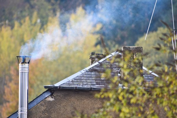 À l'arrivée du froid, les premières fumées sortent des conduits des cheminées et des poêles.