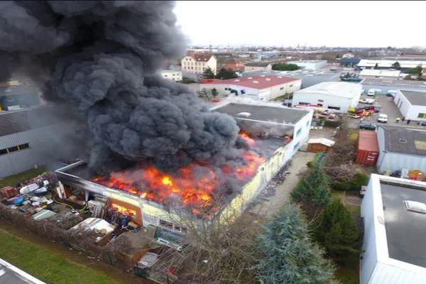 Photo de l'incendie des entrepôts de Emmaüs-Mundolsheim, prise par drône