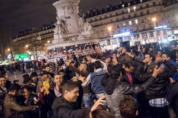 """Des manifestants dansent sur la place de la République, dans le cadre de la 11ème """"Nuit debout"""", à Paris, le 10 avril 2016."""