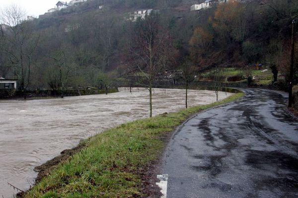 Photo d'archive. Rivière Aveyron en crue.