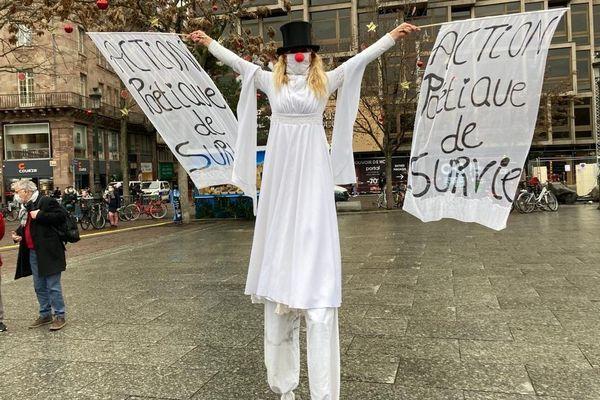 """""""Action poétique de survie, action politique de survie"""" disent les banderoles portées par ce manifestant."""