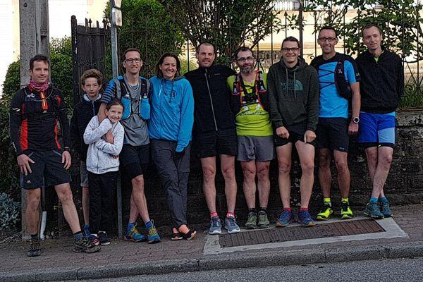 Romain Sophys entouré de ses enfants, sa femme et des amis coureurs qui composeront son assistance sur le parcours.