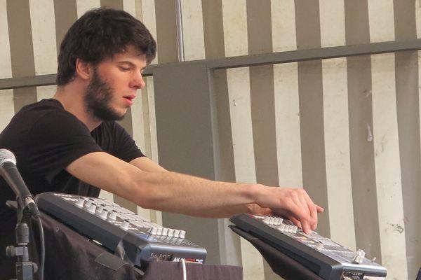 Le DJ est concentré