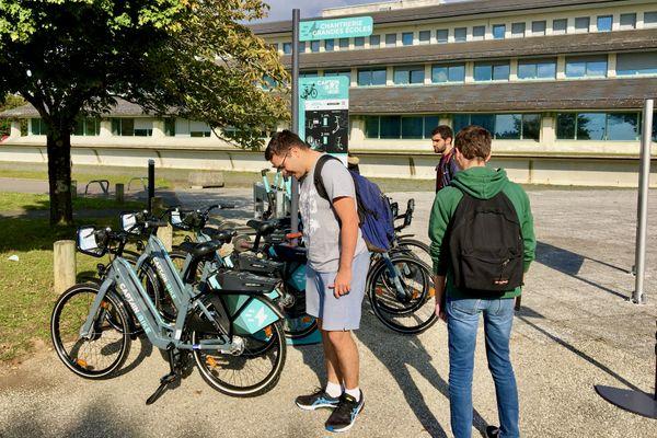 Les étudiants du campus de la Chantrerie sont plus amusés que réellement intéressés par les vélos ou les trottinettes sur réservation.