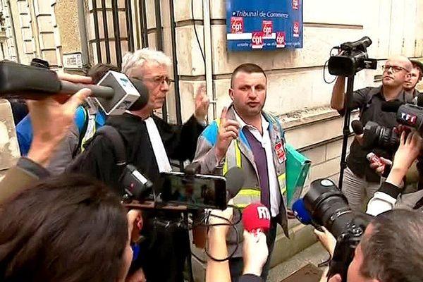 Le déléguésyndical  CGT de GM&S Yann Augras et l'avocat des salariés Jean-Louis Borie à la sortie de l'audience du Tribunal de Commerce de Poitiers le 31-07-2017