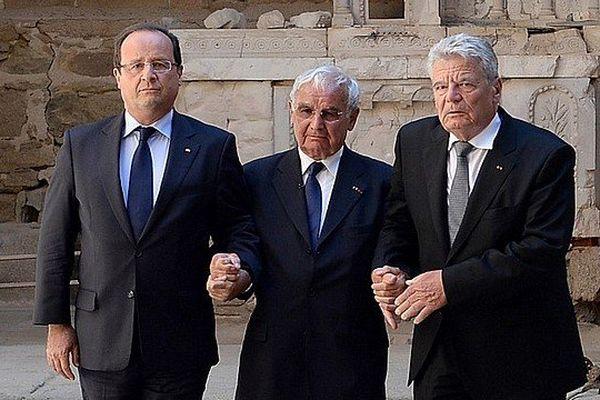 Robert Hébras entouré par les présidents Français et Allemand à Oradour-sur-Glane le 4 septembre 2013