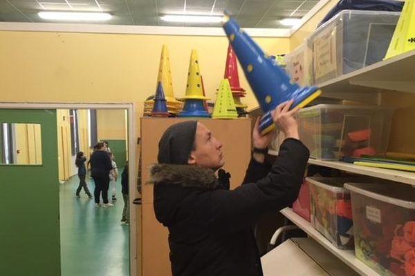 A l'école Vincensini d'Amiens, les animateurs organisent des jeux d'équipe pendant la pause déjeuner.