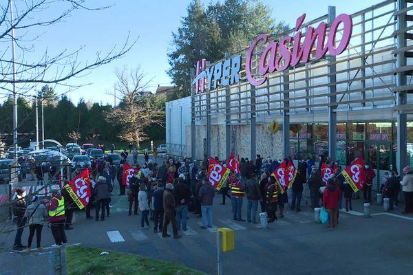 Les opposants ont obtenu gain de cause, puisque l'arrêté municipal interdisant l'ouverture du magasin a été confirmé par le préfet.