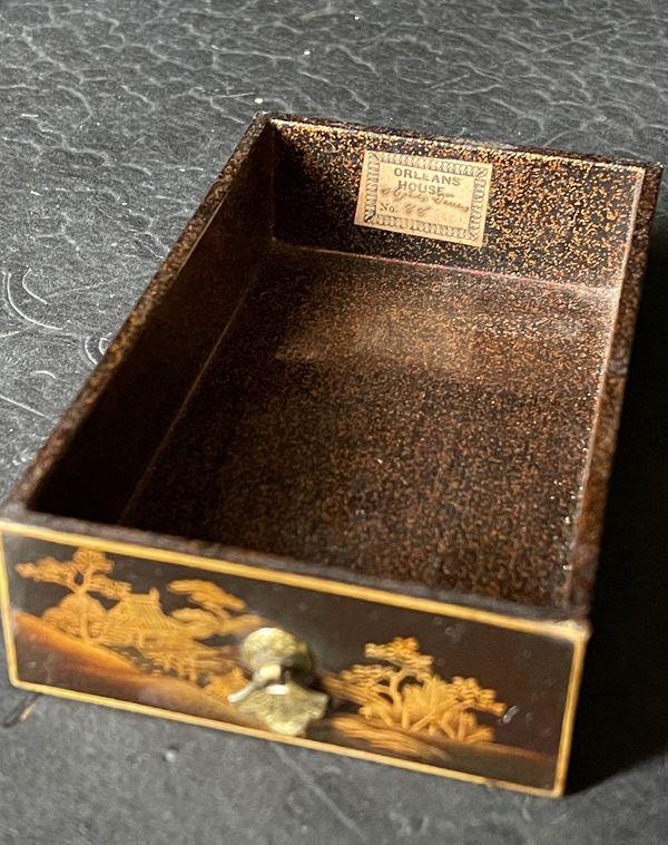 L'étiquette Orleans House inscrite sur l'un des tiroirs du cabinet