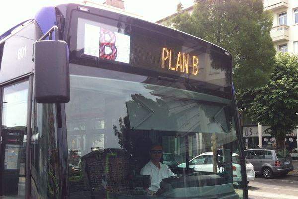 """Des bus """"Plan B"""" remplacent le tram sur la portion de la ligne A interrompue."""