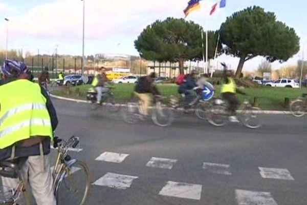 """Les """"zadistes"""" arrivent à vélo, le 27 novembre 2015, vers le plateau de Saclay."""