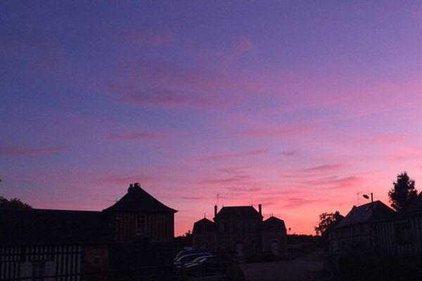 La palette éphémère d'un coucher de soleil à Saint-Pierre-Azif dans le pays d'Auge.