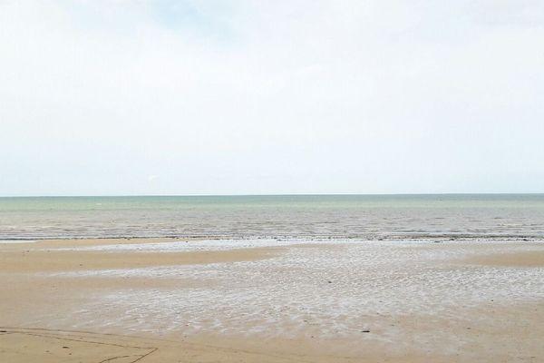 L'horizon restera nuageux ou voilé ce lundi sur le littoral normand, par exemple à Courseulles dans le Calvados.