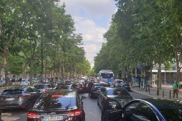 C'est la deuxième manifestation des chauffeurs VTC cette semaine dans Paris. Ils réclament des aides et des meilleures conditions de travail.