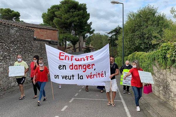 Manifestation des parents d'élèves à Conques-sur-Orbiel pour dénoncer la pollution à l'Arsenic sur leur commune en septembre 2019.