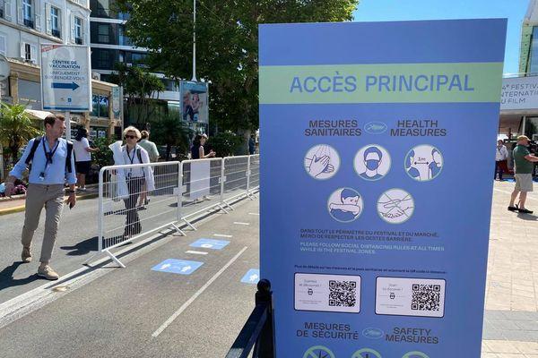 Les mesures sanitaires sont clairement affichées à l'entrée du palais à Cannes.