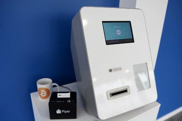 """Un distributeur de bitcoins à """"La Maison du Bitcoin"""" à Paris. Photo d'illustration."""