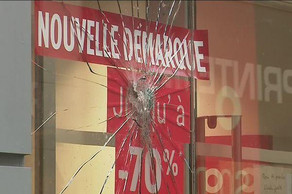 Une des vitrines d'un magasin à Rouen après le passage des gilets jaunes samedi 2 février 2019.