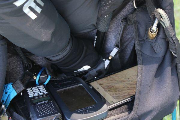 Les pilotes de parapente doivent investir beaucoup d'argent pour exercer leur passion, notamment dans le matériel de vol (GPS, radio, tablette, etc.)