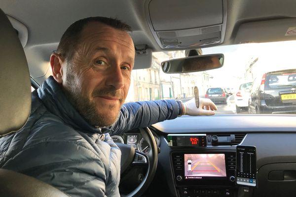 David Rohrbach est chauffeur de taxi depuis deux ans à Caen. Depuis la mise en place du confinement, la moitié des taxis caennais a arrêté de travailler.
