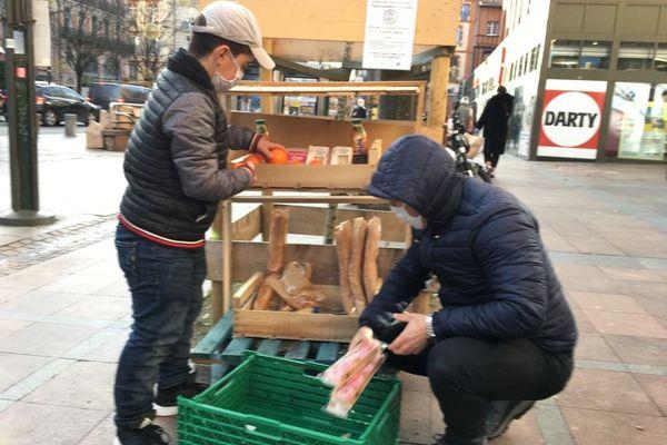 """Un """"panier suspendu"""" installé place Esquirol à Toulouse. Tout le monde peut y déposer des aliments ou se servir."""