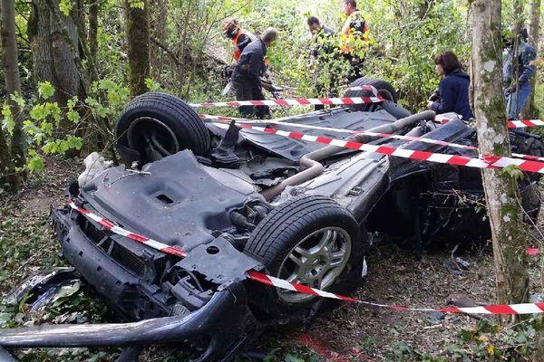 La voiture des trois victimes retrouvée dans un ravin