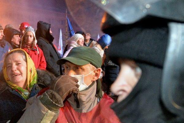 Policiers et manifestants face à face sur la Place de l'Indépendance à Kiev