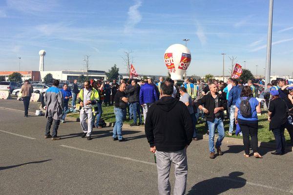 170 salariés de l'entreprise GM&S de La Souterraine bloquent, jeudi 30 mars 2017, le site du constructeur automobile PSA dans les Yvelines