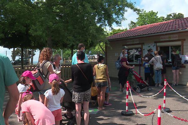 Le contrôle du pass-sanitaire a créé une longue file d'attente devant les guichets du parc des Combes du Creusot (Saône-et-Loire)