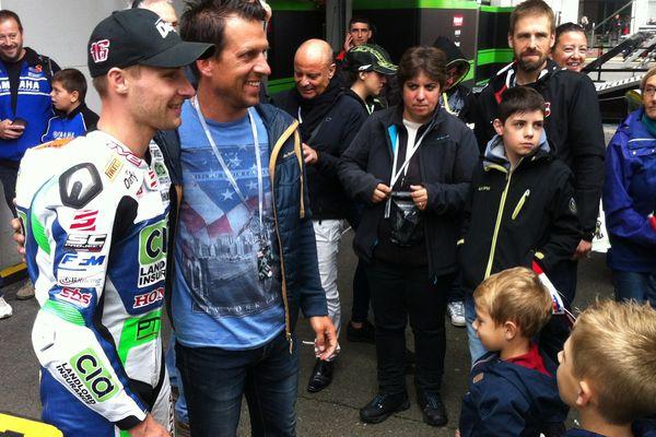 Après la course, Jules Cluzel au milieu de ses fans.