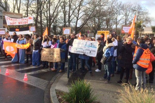 Après 6 années de gel des salaires, 200 salariés se mobilisent à l'hôpital mutualiste de la Sagesse à Rennes.