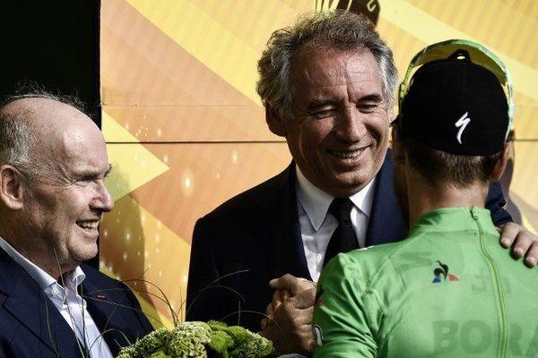 François Bayrou, maire de Pau, félicitant le meilleur sprinter, Peter Sagan, à l'arrivée de la 18e étape entre Trie-sur-Baïse et Pau le 26 juillet 2018