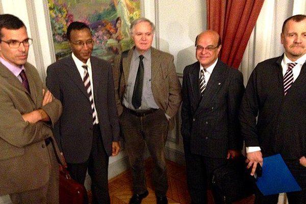Les cinq membres de la Commission lors de sa présentation au Ministère des Outre-Mer : (degauche à droite) : Gilles Gauvin, Prosper Eve, Michel Verneray, Wilfried Bertile, Philippe Vitale.