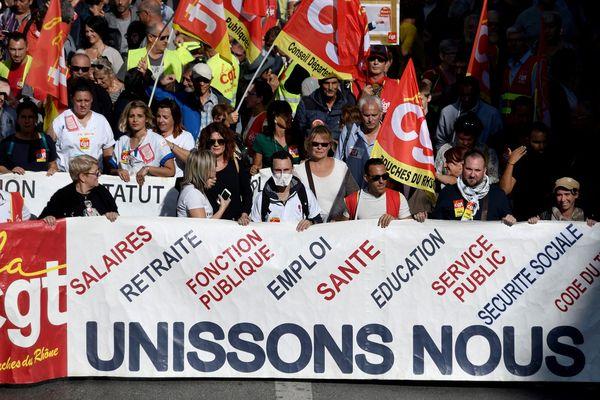 Des manifestants de la CGT lors d'une manifestation inter-professionnelle contre la politique sociale du gouvernement, le 9 octobre 2018 à Marseille.