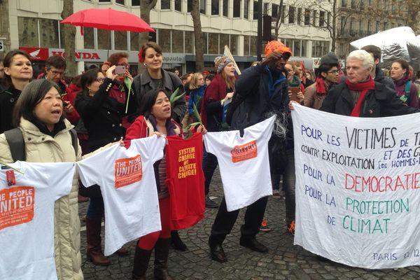Des manifestants sur l'avenue de la Grande-Armée, à Paris, en marge de la COP 21.