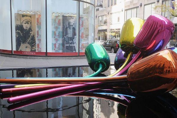 """La sculpture """"Tulipes"""" de Jeff Koons' sculpture exposée devant Christie's à New York en 2012."""