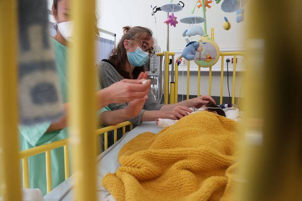 Un enfant hospitalisé pour une bronchiolite et sa mère au service de pédiatrie d'un hôpital, le 20 octobre 2021 à Colmar (Alsace).