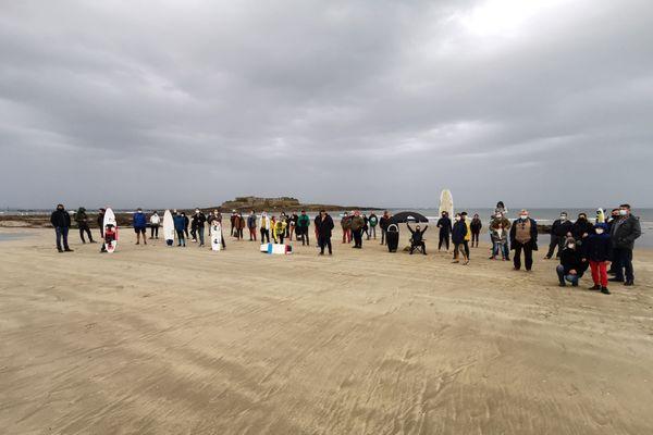 Une quarantaine de manifestants pour défendre l'accès à la mer à Fort-Bloqué dans le Morbihan (Plœmeur)