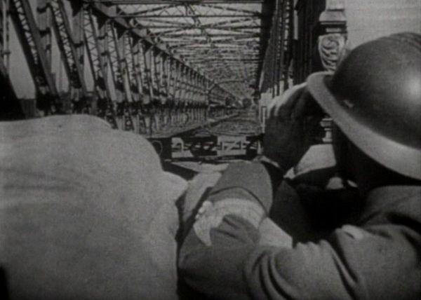 Un soldat français surveillant un pont.