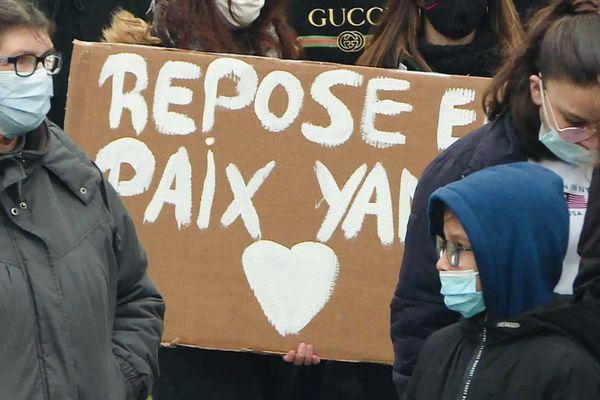 """Une pancarte """"Repose en paix Yanis"""", lors de la marche blanche."""