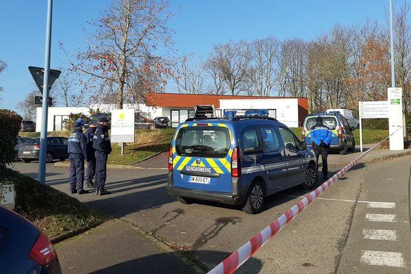 Les gendarmes sur le site du parc d'innovation de Mescoat après la découverte de trois corps, ceux d'un père et de ses deux enfants