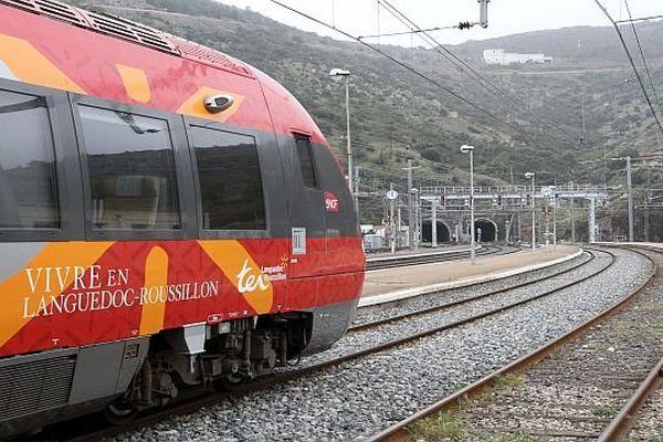 Un TER Languedoc-Roussillon en gare de Cerbère dans les Pyrénées-Orientales - archives